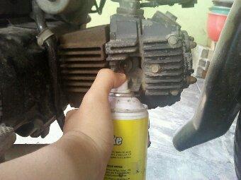 DIY : Membersihkan Karburator dan Ruang Bakar Dengan Carb Cleaner (4/6)